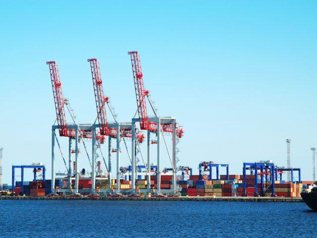 https://heavyweighttransportinc.com/wp-content/uploads/2021/03/freight-port-PCBDFQD-640x480.jpg
